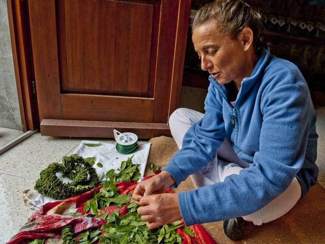 Claudia che prepara della ghirlande di fiori e che poi gentilmente ce ne fara dono. (Copia)