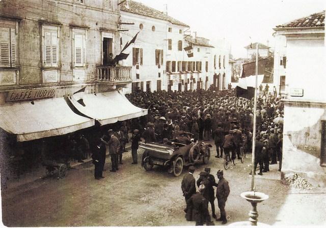 In primo piano a sinistra casa Ponton sede del telegrafo militare e avanti nella casa Gregoris Rinaldi il Comando Tappa. (Copia)